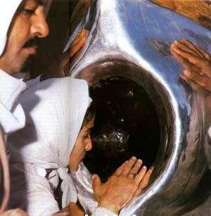islam-black-stone-close-woman
